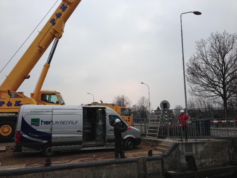 Kraan en bus bij Sluiscomplex Doesburg