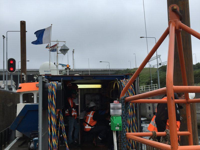 Duikcontainer op boot Volkeraksluizen