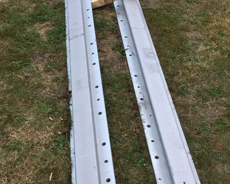 Stalen geleiderails van de hefdeur